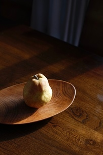 木皿 洋梨の写真素材 [FYI03415638]