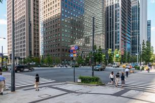 東京丸の内のオフィスビルと歩行者の写真素材 [FYI03415856]