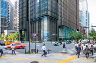 東京丸の内のオフィスビルと歩行者の写真素材 [FYI03415857]
