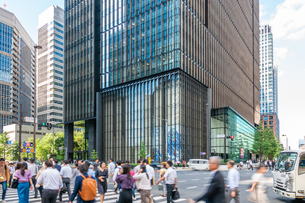 東京丸の内のオフィスビルと歩行者の写真素材 [FYI03415859]