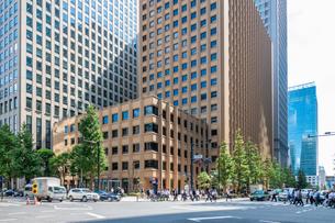 東京丸の内のオフィスビルと歩行者の写真素材 [FYI03415862]