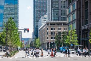 東京丸の内のオフィスビルと歩行者の写真素材 [FYI03415864]