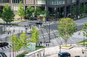 東京前丸の内広場と道路の写真素材 [FYI03415885]