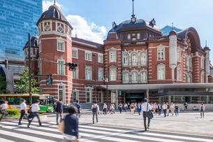 東京駅と歩行者の写真素材 [FYI03415888]