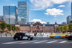 東京駅と丸の内駅前広場の写真素材 [FYI03415889]