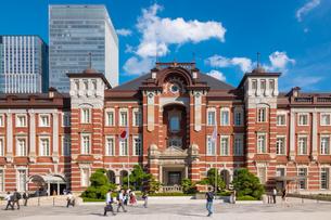 東京駅と丸の内駅前広場の写真素材 [FYI03415890]