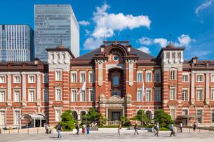 東京駅と丸の内駅前広場の写真素材 [FYI03415891]