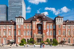 東京駅と丸の内駅前広場の写真素材 [FYI03415892]