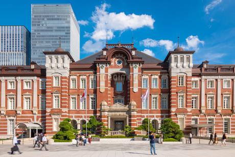 東京駅と丸の内駅前広場の写真素材 [FYI03415893]