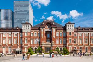 東京駅と丸の内駅前広場の写真素材 [FYI03415894]
