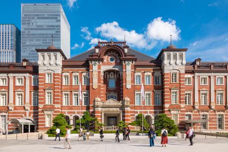 東京駅と丸の内駅前広場の写真素材 [FYI03415895]