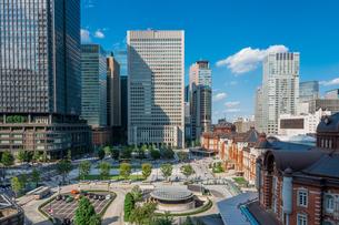 東京駅と丸の内駅前広場とビルの写真素材 [FYI03415897]