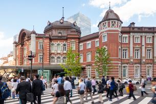 東京駅と歩行者の写真素材 [FYI03415898]