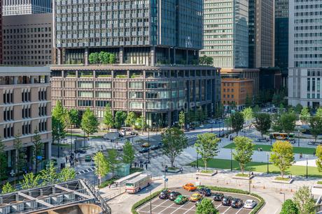東京丸の内のオフィスビルと駅前広場の写真素材 [FYI03415899]