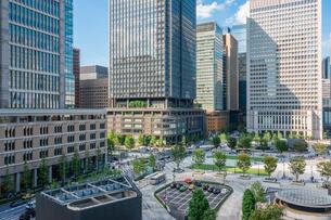 東京丸の内のオフィスビルと広場の写真素材 [FYI03415900]