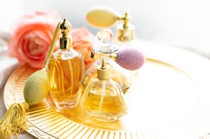 クラシックな香水瓶とバラの花の写真素材 [FYI03415961]
