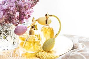 クラシックな形の香水瓶とライラックの花の写真素材 [FYI03415963]