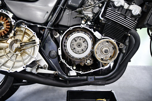 オートバイの修理の写真素材 [FYI03416072]