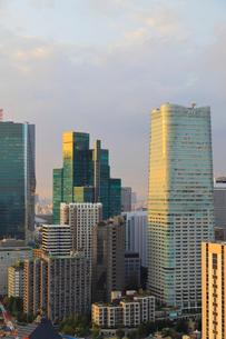 夕日の当たる高層ビル群の写真素材 [FYI03416104]