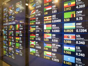 外貨両替所のレート表の写真素材 [FYI03416328]