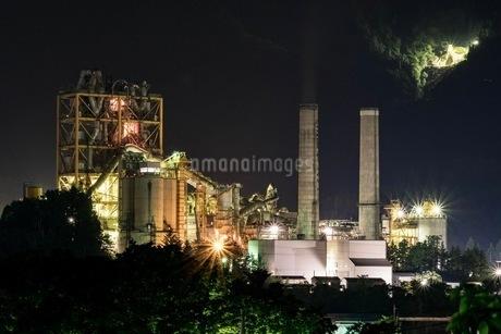 工場夜景 日本 埼玉県 の写真素材 [FYI03416533]