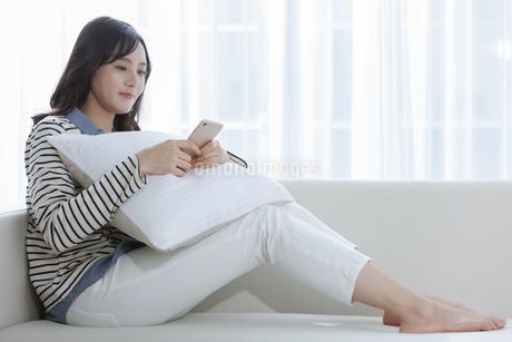 スマートフォンを操作する女性の写真素材 [FYI03416622]