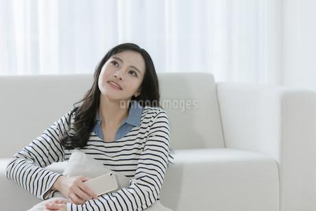 スマートフォンを持つ女性の写真素材 [FYI03416625]