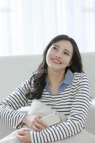 スマートフォンを持つ女性の写真素材 [FYI03416626]