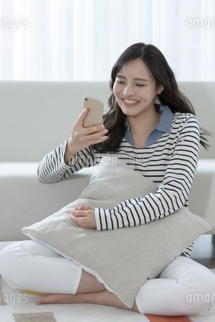 スマートフォンを見る女性の写真素材 [FYI03416628]