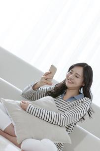 スマートフォンを見る女性の写真素材 [FYI03416629]