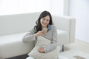 スマートフォンを持つ女性の写真素材 [FYI03416630]