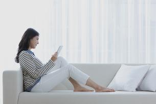 タブレットPCを見る女性の写真素材 [FYI03416635]