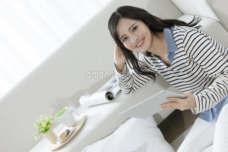 タブレットPCを持つ女性の写真素材 [FYI03416638]