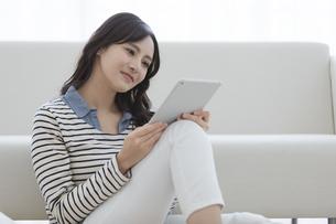 タブレットPCを見る女性の写真素材 [FYI03416640]