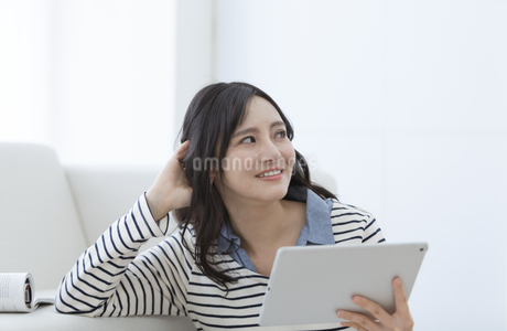 タブレットPCを持つ女性の写真素材 [FYI03416642]