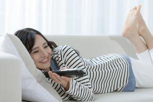 テレビを見る女性の写真素材 [FYI03416647]