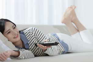 テレビを見る女性の写真素材 [FYI03416648]
