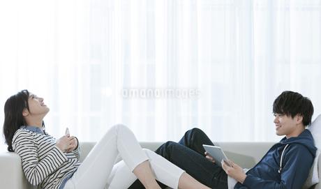 ソファーでくつろぐカップルの写真素材 [FYI03416653]