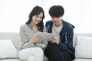タブレットPCを見るカップルの写真素材 [FYI03416657]