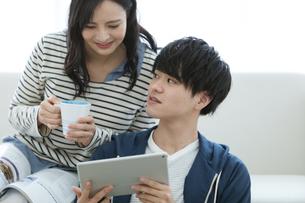 タブレットPCを見るカップルの写真素材 [FYI03416661]