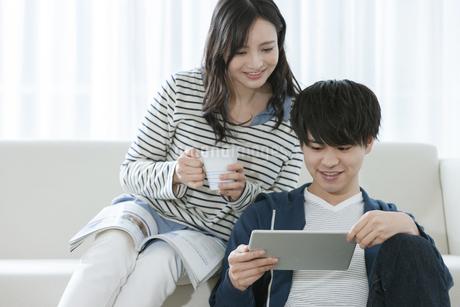 タブレットPCを見るカップルの写真素材 [FYI03416663]
