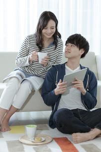 タブレットPCを見るカップルの写真素材 [FYI03416665]