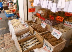 西營盤にある徳輔道西(デ・ヴー・ロード・ウェスト)で売られる塩干し魚「ハムユイ」以前は安かったが今は高級食での写真素材 [FYI03416682]