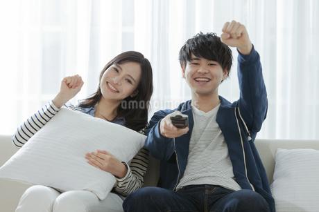 テレビを見るカップルの写真素材 [FYI03416714]