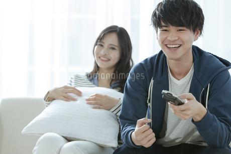 テレビを見るカップルの写真素材 [FYI03416716]