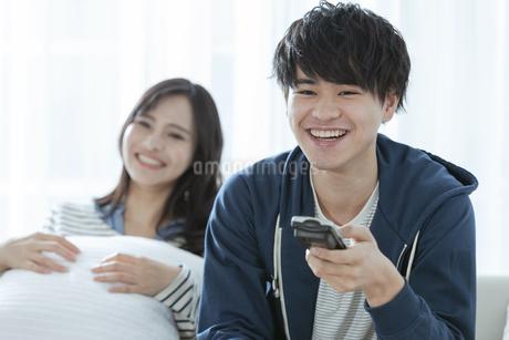 テレビを見るカップルの写真素材 [FYI03416718]