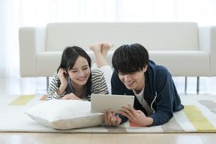 タブレットPCを見るカップルの写真素材 [FYI03416719]