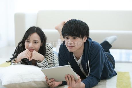 タブレットPCを見るカップルの写真素材 [FYI03416720]