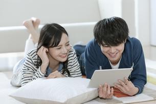 タブレットPCを見るカップルの写真素材 [FYI03416721]