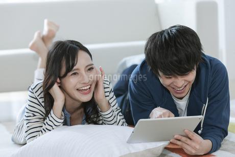 タブレットPCを見るカップルの写真素材 [FYI03416722]